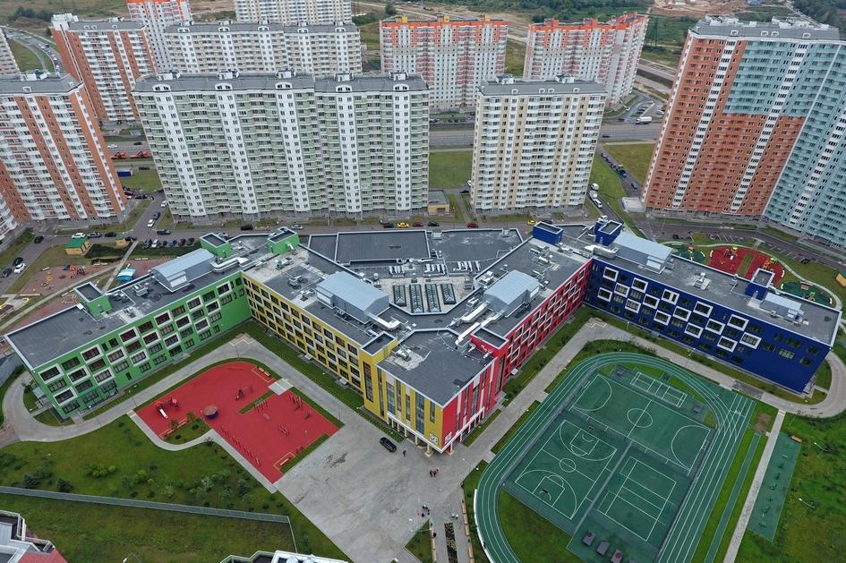 Школа №2048 стала самой большой в Москве и России: ее площадь сопоставима с 8–10 пятиэтажками, утверждается на сайте мэрии столицы. Здание школы построено в виде буквы М. Такая форма позволяет одновременно максимизировать объем естественного освещения и оптимально зонировать учебные корпуса относительно друг друга