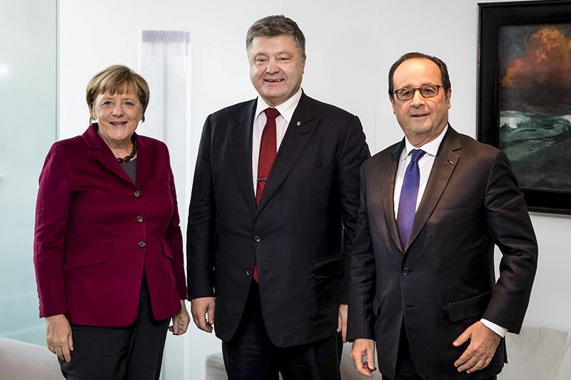 Канцлер ФРГ Ангела Меркель, президент Украины Петр Порошенко ипрезидент Франции Франсуа Олланд (слева направо) передначалом встречи внормандском формате
