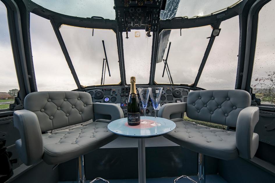 Из окон вертолета открывается панорамный вид на долину. Стол в кабине сделан из крышки топливного бака, а приборная панель и педали не менялись со времени выпуска этого вертолета с завода: при желании постояльцы могут почувствовать себя пилотами и понажимать на тумблеры