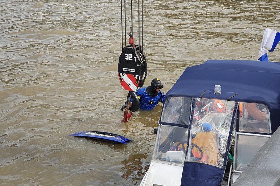 В Москве водитель не справился с управлением и вылетел в реку