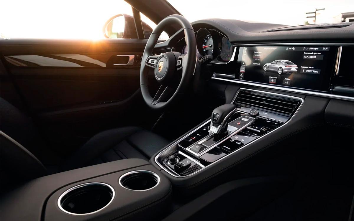 <p>Обновленный интерьер визуально можно отличить только по новому рулю&nbsp;&mdash; такому&nbsp;же, как у Porsche Taycan.</p>