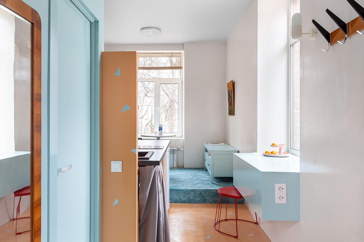 Апартаменты располагаются в торце здания. Два больших окна и высокий трехметровый потолок создают дополнительный объем пространства