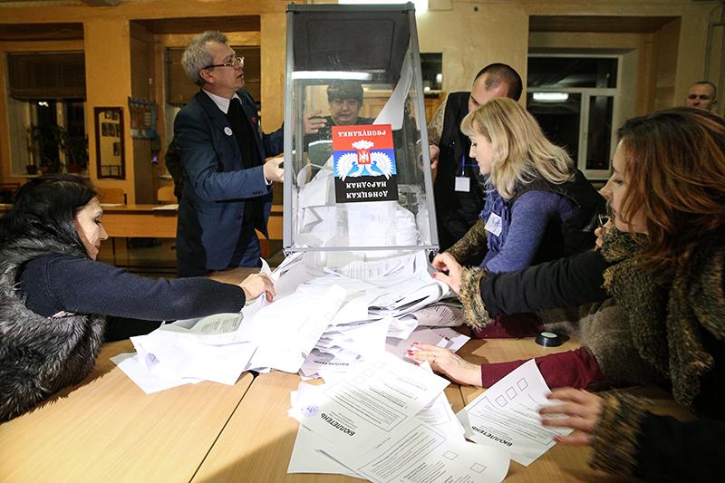 Члены избиркома одного из избирательных участков города во время подсчета голосов по окончании выборов главы ДНР и депутатов Народного Совета республики.