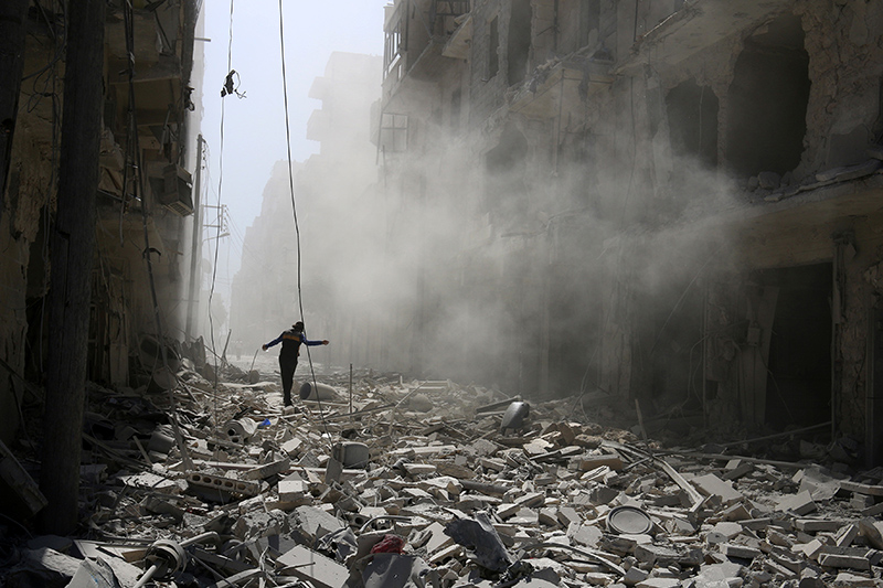 Алеппо—один изкрупнейших городов Сирии—находится насевере одноименной провинции. До начала войны вгороде проживали2,4 млн человек.  Буферные зоны подконтролем оппозиции вАлеппо были созданы всередине июля 2012 года. В конце тогожемесяца вАлеппо начались бои правительственных войск сотрядами оппозиции. На конец 2012 года силы оппозиции контролировали большую часть города ипровинции Алеппо.