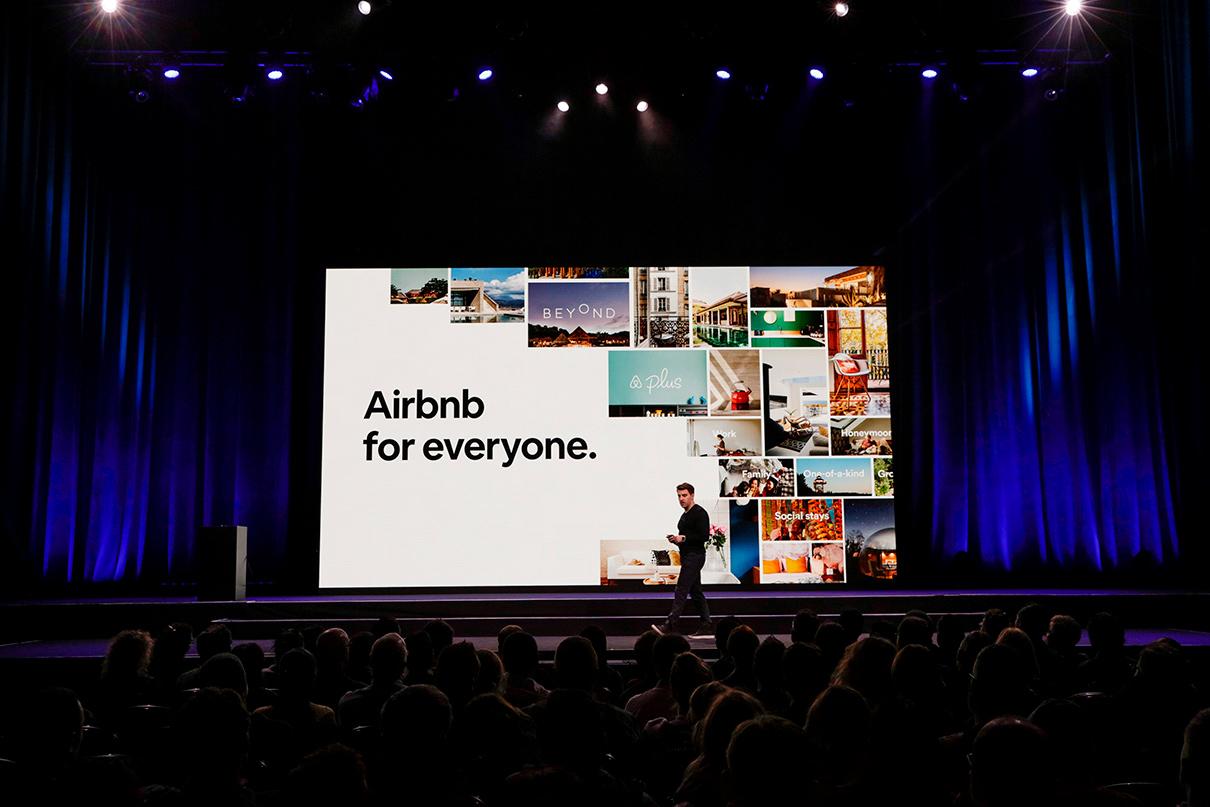 Идея компании началась с трех надувных матрасов в гостиной Брайана Чески и Джо Геббиа — они и дали название сервису Airbedandbreakfast.com, которое позже было сокращено до Airbnb