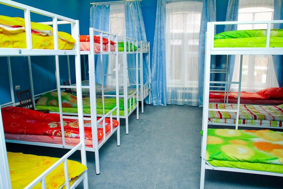 В «Горьком» хостеле четыре жилых комнаты—на14,10, 8 и2 человек соответственно