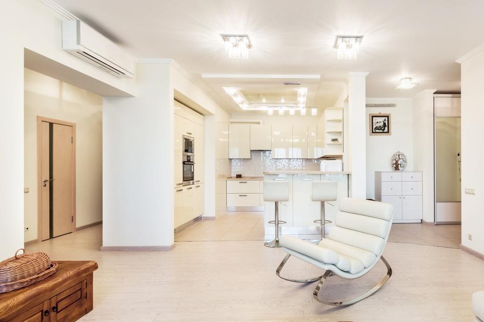Кресло необычной формы стало своего рода мостиком между традиционно приземистой деревянной мебелью в исконно корейском стиле и стерильными формами кухни, тяготеющей к хай-теку