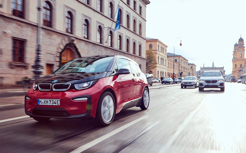 <p>BMW i3 отметилась опцией под названием range extender, то есть увеличитель запаса хода&nbsp;&mdash; ДВС в большинстве случаев бездействует, но готов прийти на помощь, если у вас закончилось электричество.</p>