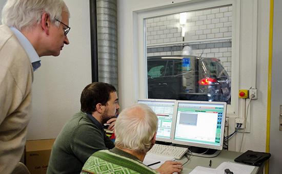 ЭкспертыDeutsche Umwelthilfe во время тестирования автомобиляOpel Zafira 1.6 CDTi