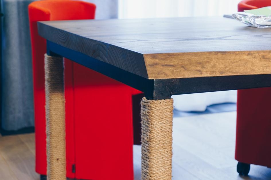 Единственным ярким акцентом вкабинете руководителя компании стала мебель всочной красной обивке—кресла идва дивана