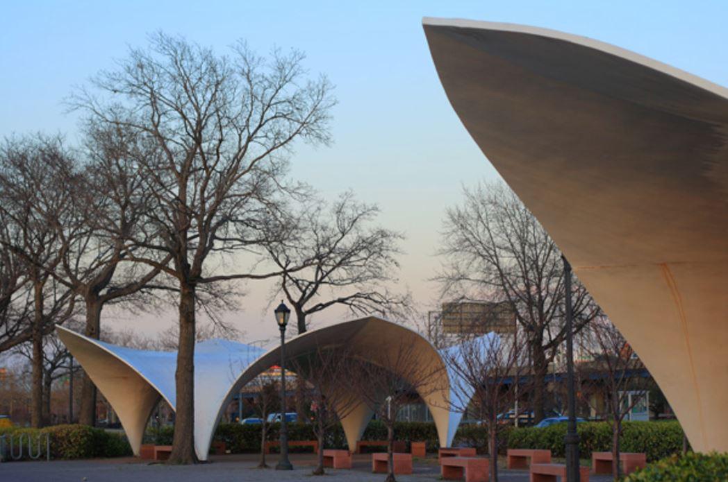 Кандела построил три павильона, из которых до наших дней дожили только два. Изначально павильоны были остеклены, как видно на одной из фотографий этих построек