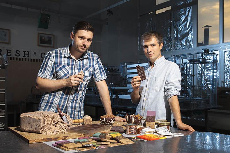 Основатель мануфактуры «Фреш Какао» Андрей Хачатурян (справа) исовладелец Александр Хитров (слева)