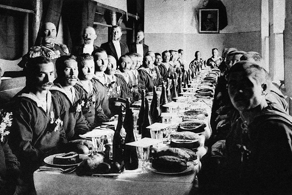 Русско-японская война, 1904год. В Спасских казармах Москвы длягероев-матросов скрейсера «Варяг» были накрыты столы