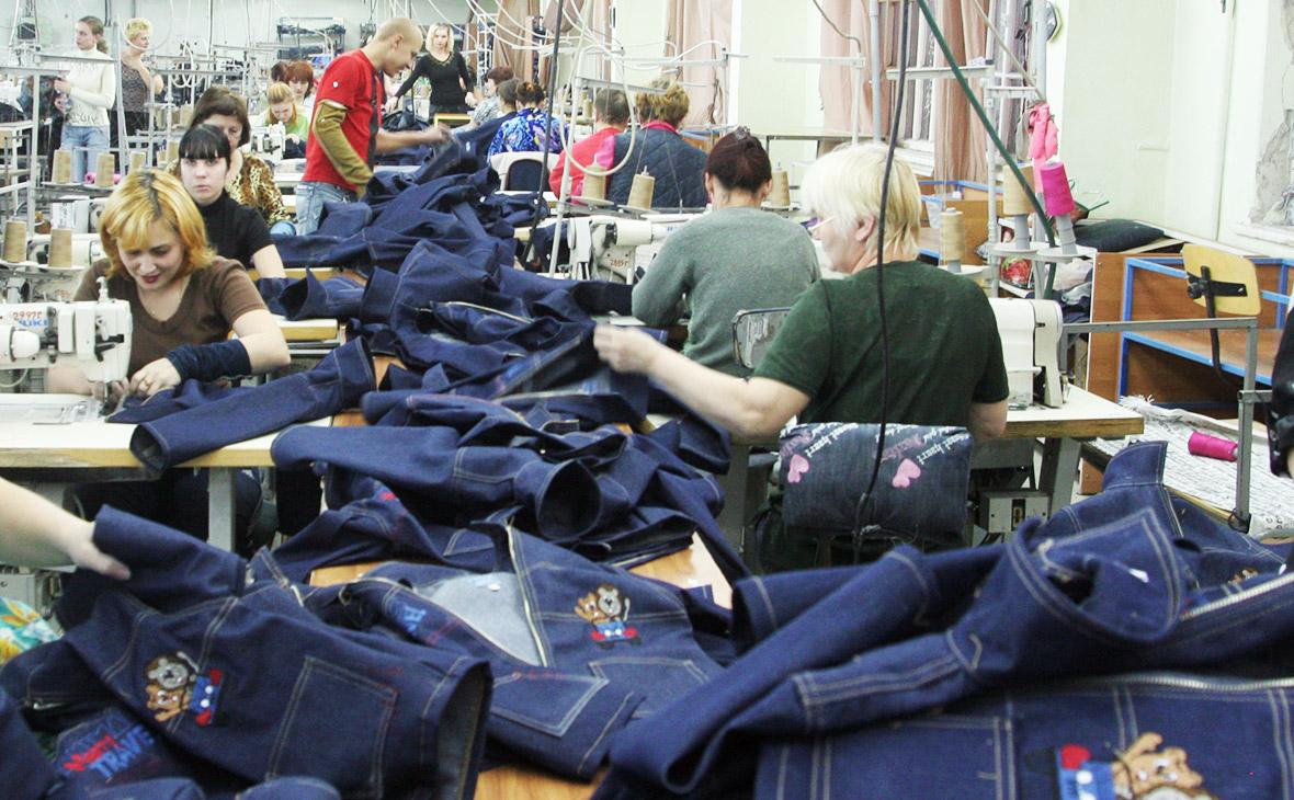 ac645c360f2 Работа швейной фабрики «Глория Джинс» (Фото  Валерий Матыцин   ТАСС)