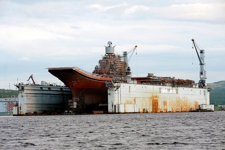 Авианосец «Адмирал Кузнецов» в ПД-50 судоремонтного завода в Росляково, 2010 год