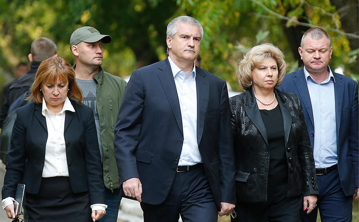 Сергей Аксенов (в центре) и Татьяна Москалькова (вторая справа)