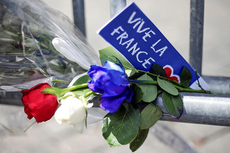 Цветы передфранцузским посольством вРиме, Италия