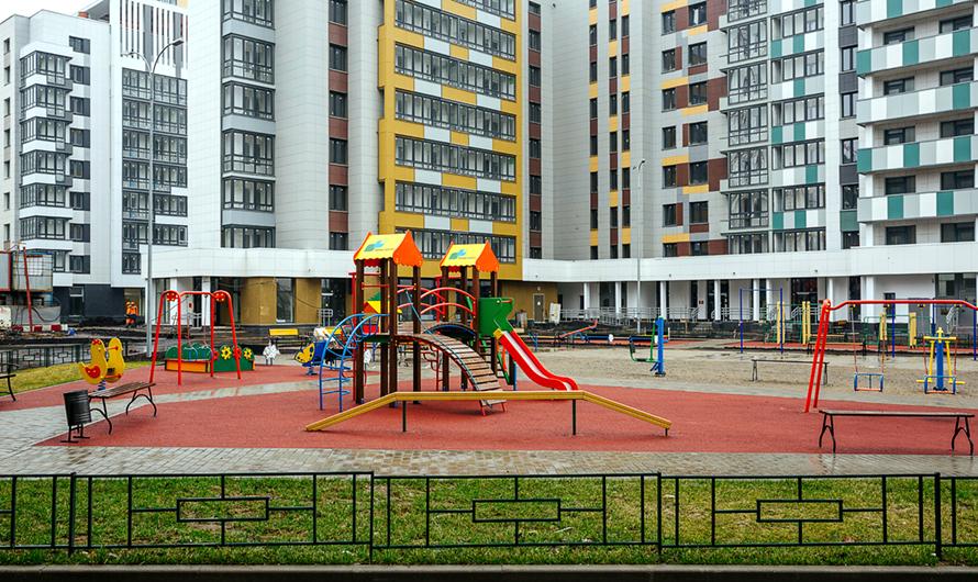 Дворы итерритория вокругдомов будут благоустроены поновым стандартам—снебольшими парками, велодорожками, объектами спортивной, детской идосуговой инфраструктуры, отмечается впубликацииmos.ru