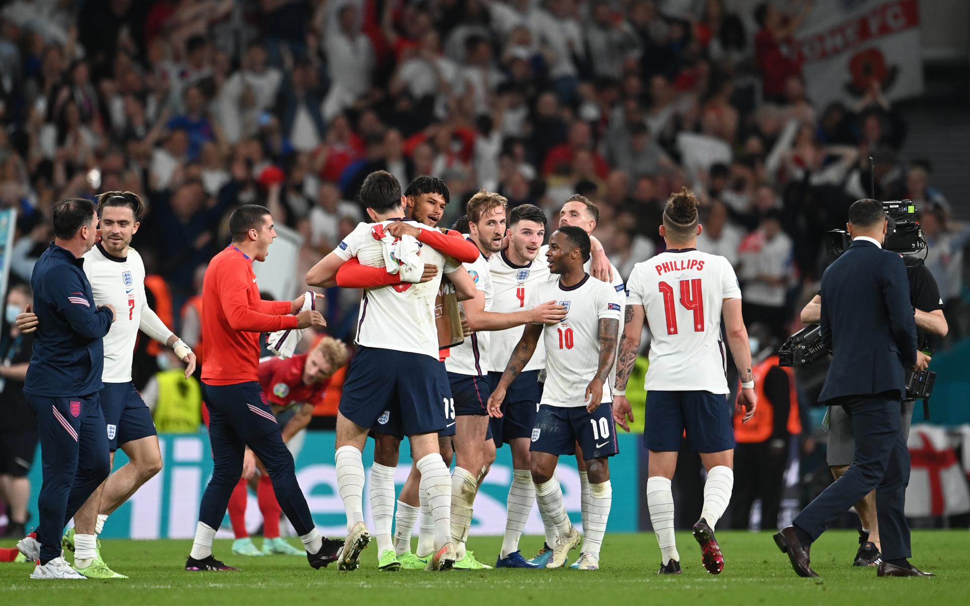 Фото: Футболисты сборной Англии празднуют выход в финал Евро-2020 (Photo by Andy Rain — Pool/Getty Images)
