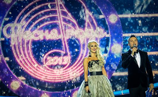 Телеведущая Лера Кудрявцева и певец Сергей Лазарев во время выступления на шоу-концерте «Песня года 2013»