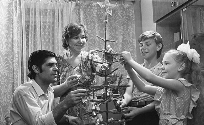 Депутат Верховного Совета РСФСР коммунист Андрей Михайлович Чепелев, его супруга Зоя Васильевна, воспитательница детского сада, сын Володя и дочь Таня во время подготовки к Новому году.1985 год