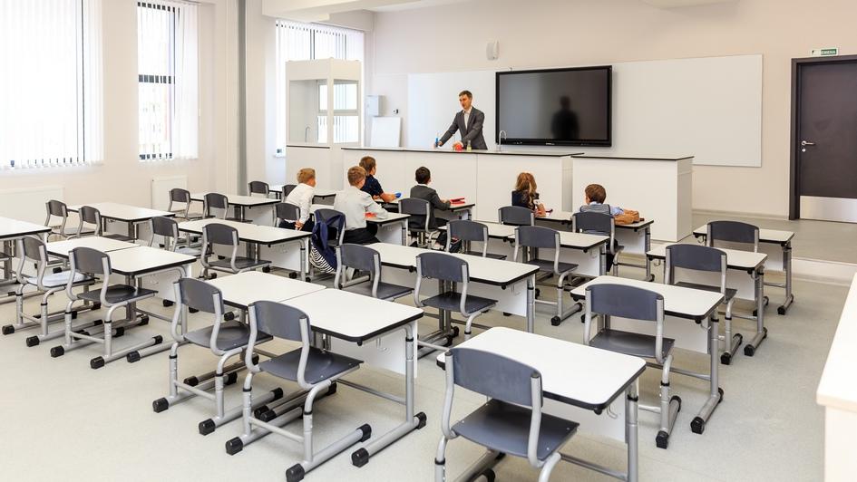В школе оборудовано 55 кабинетов. Функцию доски выполняют маркерная стена и интерактивная панель диагональю 2м