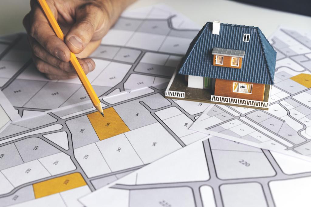 Информация о сдаче в аренду земельных участков обычно размещается на сайтах администраций, департаментов по земельным и имущественным отношениям и публикуется в местных СМИ.