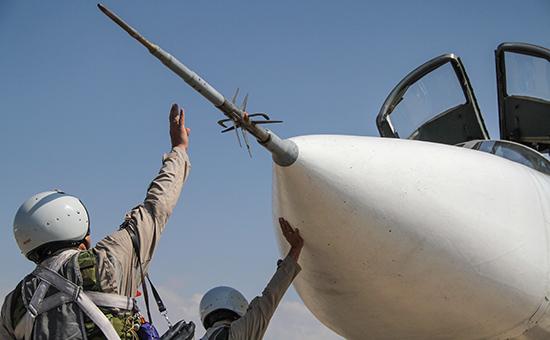 Российский летчик садится в самолет Су-24 перед вылетом с аэродрома Хмеймим в Сирии. Октябрь 2015 года