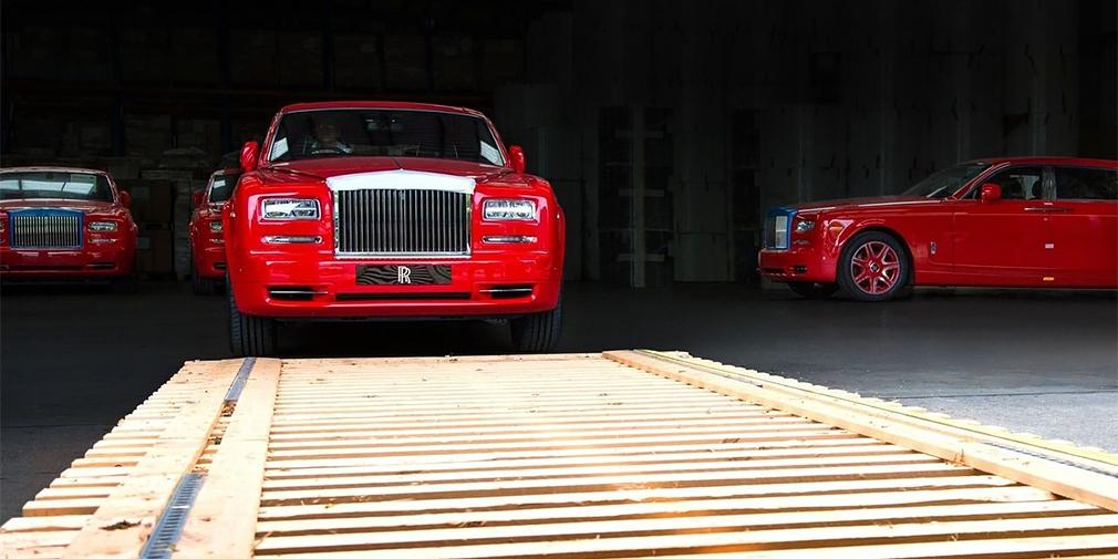 Седьмое поколение стало самым массовым «Фантомом» в истории – его тираж перевалил за 10 тыс. экземпляров. Один из лимузинов даже оказался в парке полиции Абу-Даби. В 2016 г. Rolls-Royce выполнил крупнейший единовременный заказ в своей истории: 30 длиннобазных седанов красного цвета купил предприниматель Стивен Хун для своего сверхдорогого отеля The 13 в Макао. Две из заказанных машин с отделкой золотом и бриллиантами стали самыми дорогими из когда-либо выпущенных Rolls-Royce.