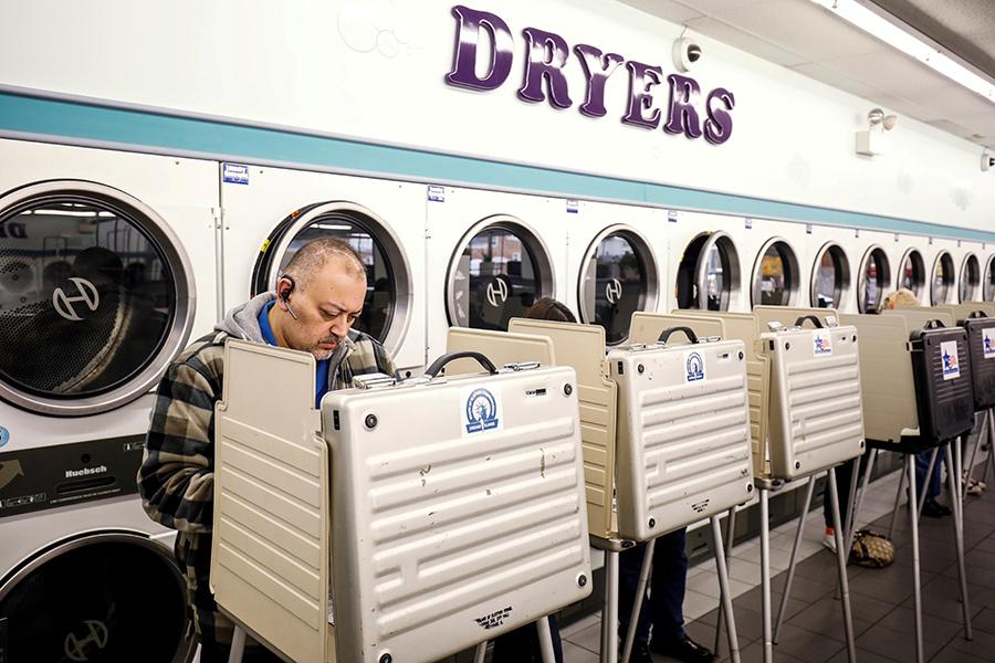 Избирательный участок в прачечной в Чикаго, Иллинойс
