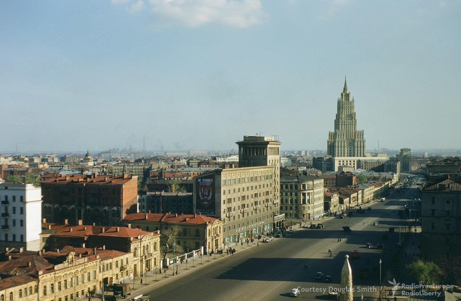 Улица Чайковского (сейчас —Новинский бульвар). В высотке назаднем плане базируется Министерство иностранных дел