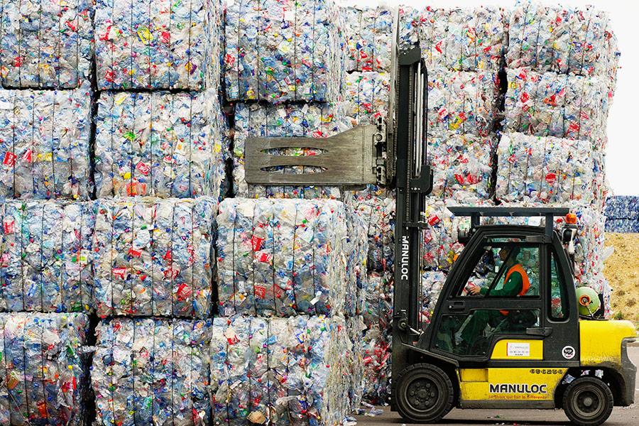 В 1991 году в Германии производителей упаковки обязали принимать ее обратно после использования. В1996-м эти меры были расширены: немецкие власти приняли специальный акт, целью которого было введение системы замкнутого циклав области переработки мусора. Новые условия обязывали компанииначиная со стадии проектаследить за тем, чтобы производство не оставляло отходов, а в конце жизненного цикла продуктподвергался экологической переработке.   В 2012 году акт был доработан и расширен. Добровольная и обязательная ответственность сегодня действует для производителей не только упаковочных материалов, но итранспортных средств, электронных приборов, химической продукции и др. Целью ставится максимальное использование материалов, «законсервированных» в отходах. По состоянию на середину 2017 года оборот мусороперерабатывающей отрасли в Германии составлял около €70 млрд, в ней были заняты более 250 тыс. человек.