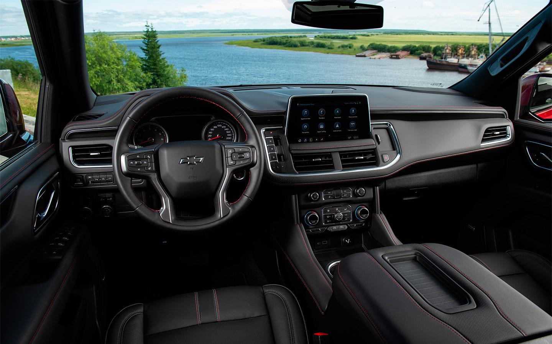 Эргономика по-американски хороша, но экран мультимедийной системы хотелось бы развернуть в сторону водителя.