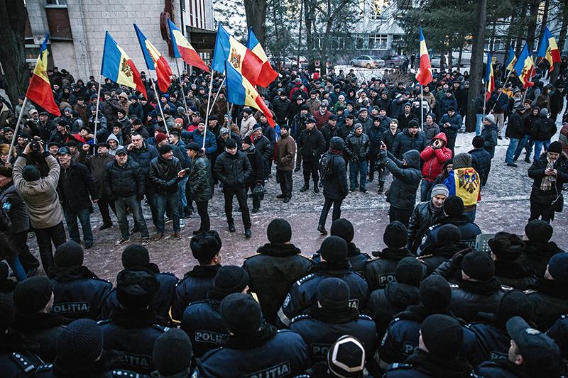 Протестующие исотрудники правоохранительных органов у здания парламента вКишиневе, 21 января 2016 года