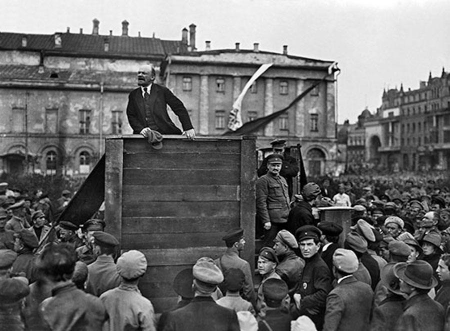 Выступление Владимира Ленина на площади перед Большим театром, 5 мая 1920 год. На первой фотографии рядом с Троцким стоит Лев Каменев, которого также признали «врагом народа»