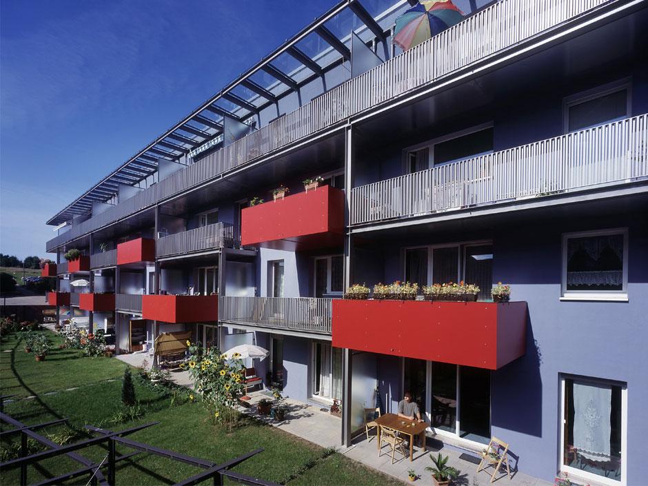 Над садами фасад сделан кластерами сразным дизайном иразмером балконов
