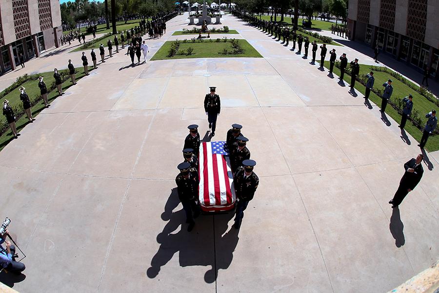 Национальные гвардейцыАризоны несут гроб с теломсенатора США Джона Маккейна во время панихиды в Капитолии Аризоны в Финиксе