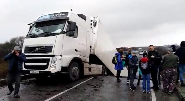 Автомобильный мост рухнул под грузовиком в Приморье