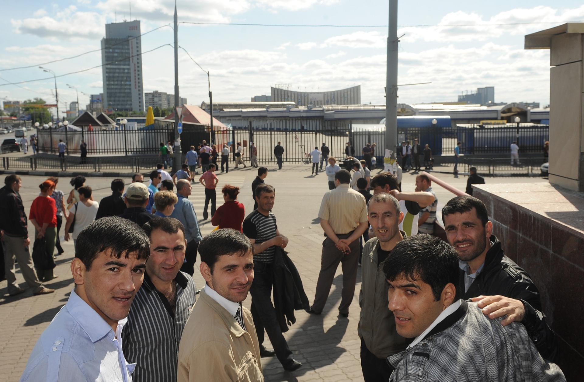 Торговцы рядом с Черкизовским рынком. 2009 год