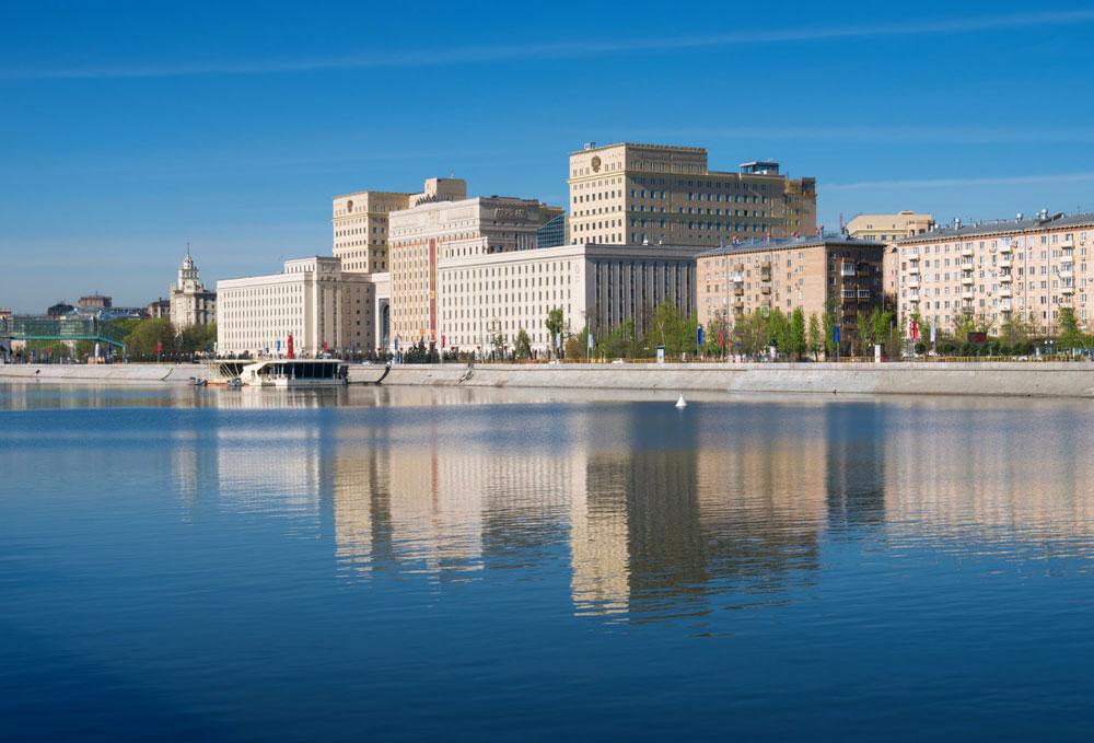 10-е место: Фрунзенская набережная  Цена предложения: 258тыс.руб. заобъект вмесяц  Изменение стоимости загод: +8%  Доля района нарынке высокобюджетной аренды: 4%  Месторасположение: район расположен междуСаввинской иЛужнецкой набережными.