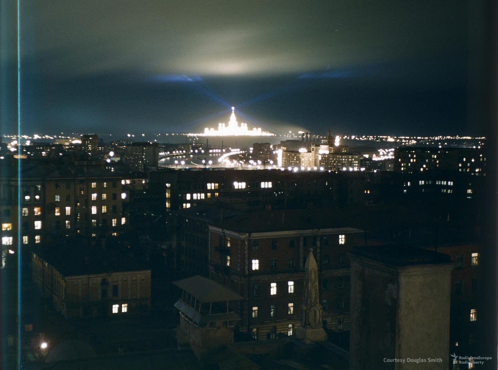 Подсветка зданияМГУ. Так выглядел Московский государственный университет вскоре послепостройки. Кадр снят скрыши американского посольства