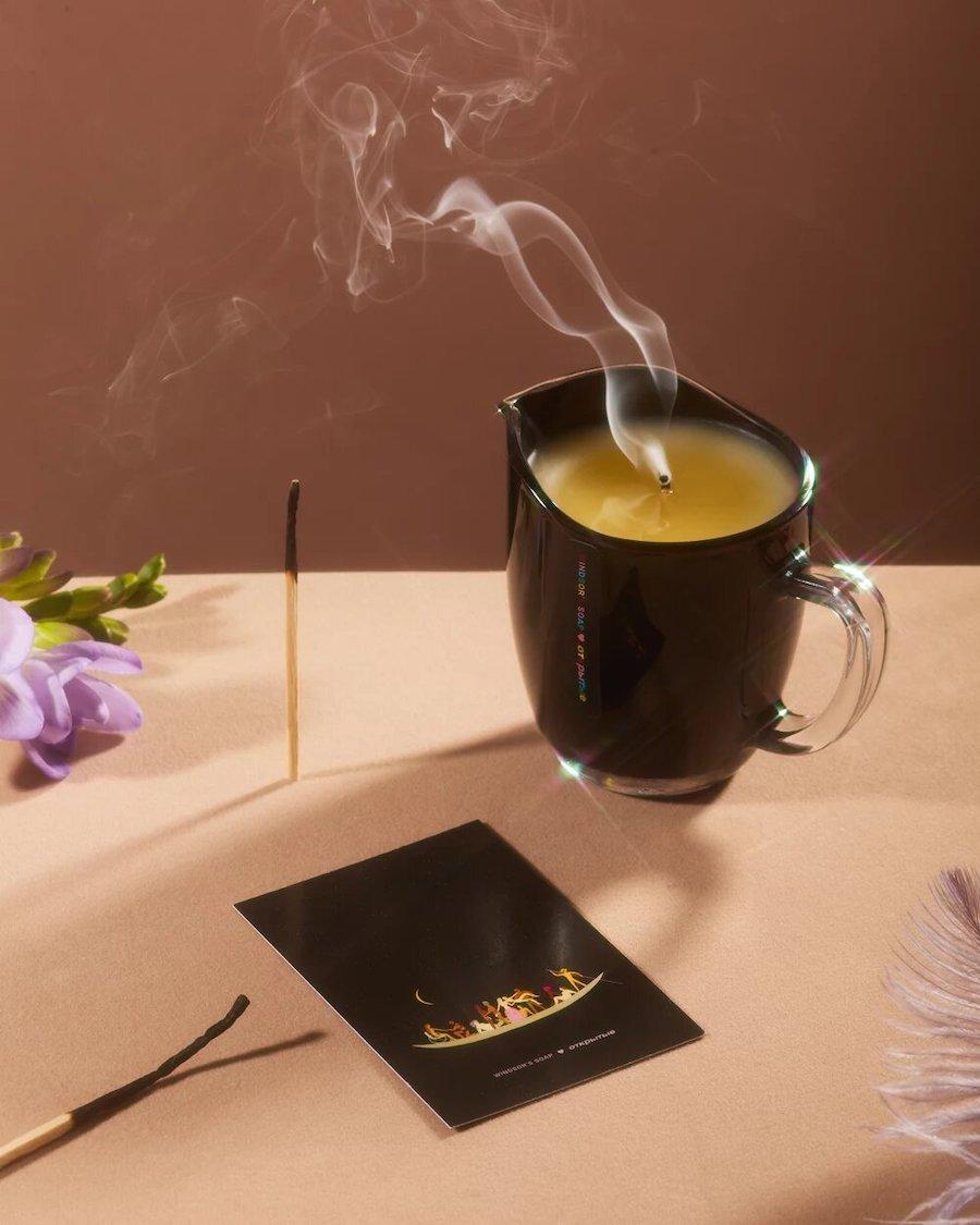 Свеча из коллаборации Windsor's Soap и квир-зина «Открытые»