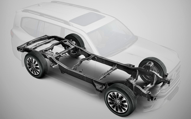В основе Land Cruiser 300— совершенно новая рама, которая благодаря инновационной технологии сварки стала компактнее и легче. Кроме того, кузов внедорожника практически полностью алюминиевый. Поэтому вся эта конструкция вместе сбросила почти 200кг по сравнению с тем, что было у «двухсотки».