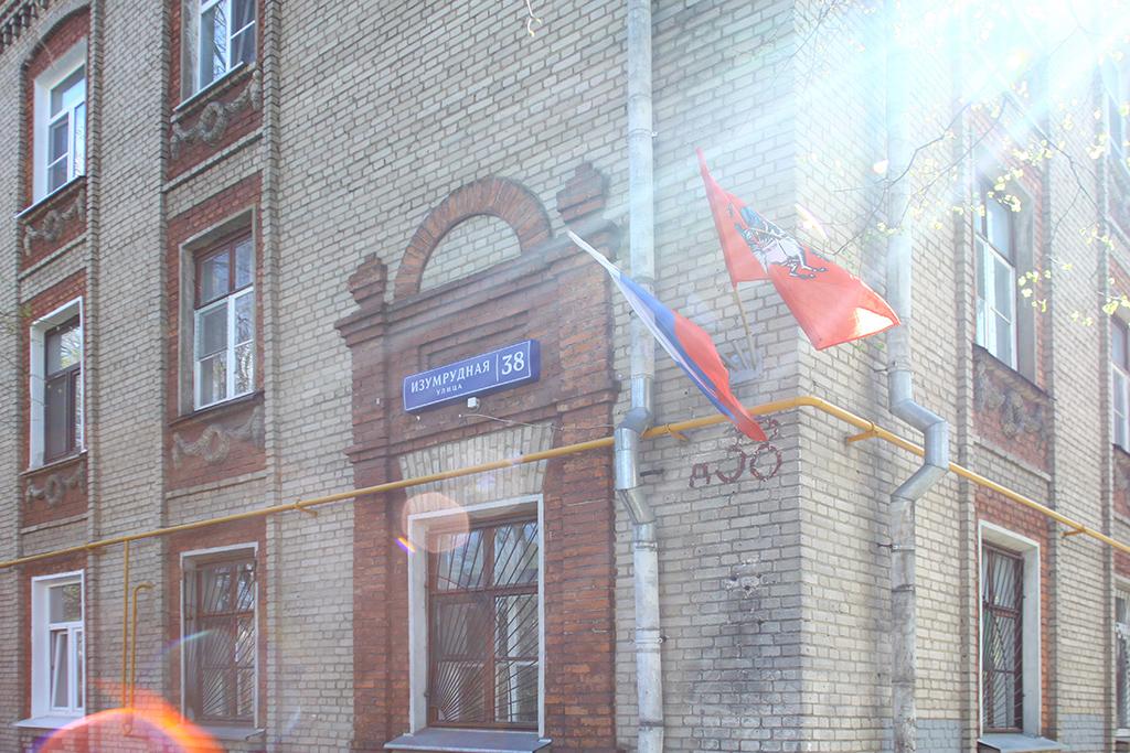 Поздний сталинский классицизм  Дом 38 поИзумрудной улице—редкий образец сталинской застройки, стилизация подранний классицизм XVIII века. В доме всего 24 квартиры, все они заселены  На фото: дом 38 поИзумрудной улице