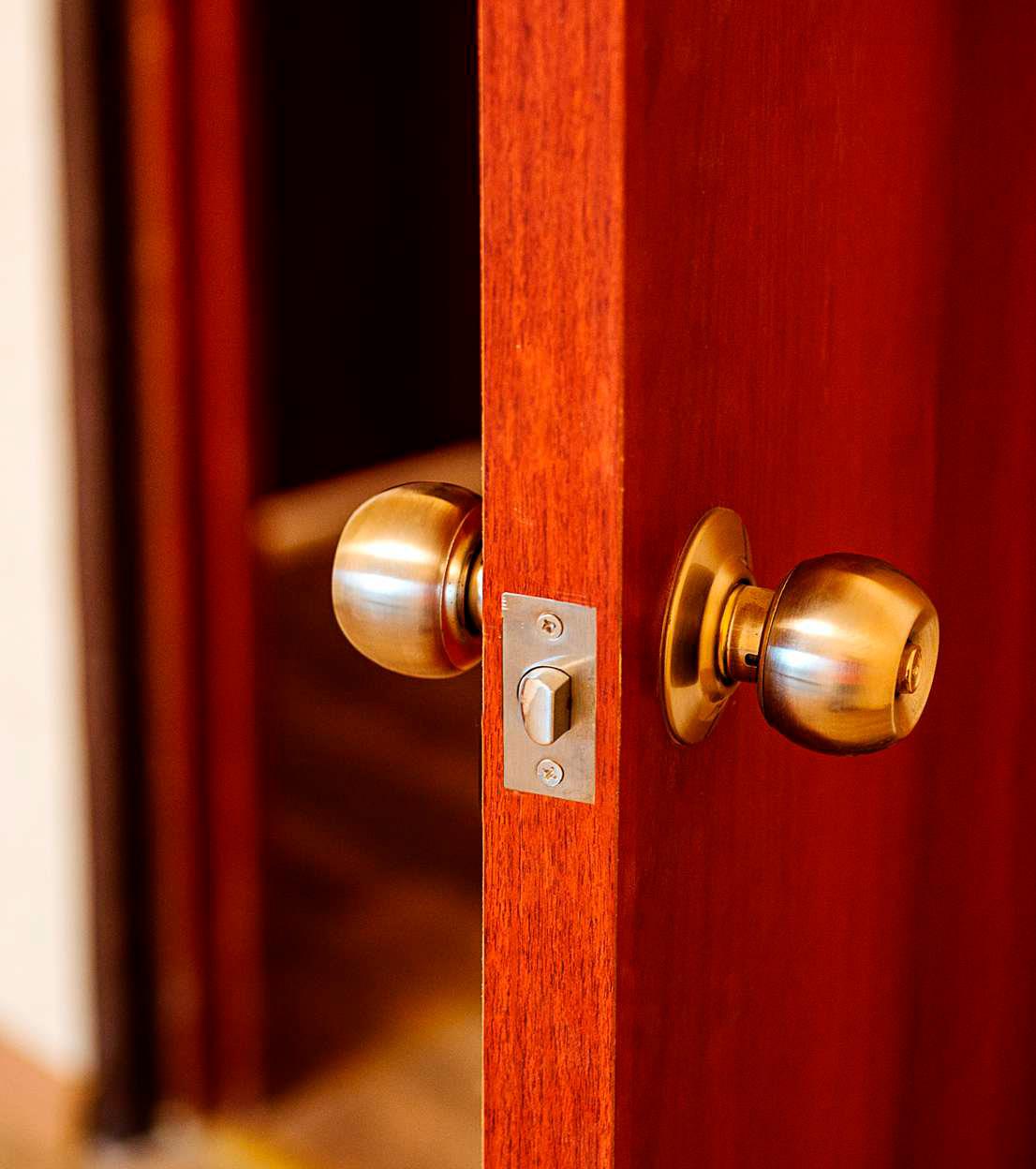 Межкомнатные двери будут оснащены фурнитурой—дверными упорами ипетлями