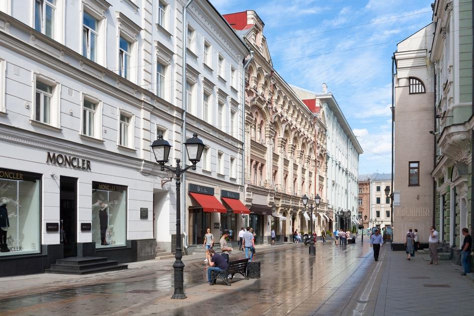 Согласно данным компании Colliers International, самые высокие арендные ставки на торговые помещения в Москве традиционно в Столешниковом переулке: от 200 тыс. до 280 тыс. руб. за 1 кв. м в год