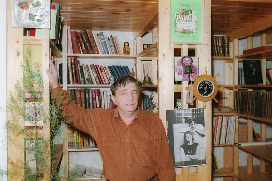Эдуард Успенский в своей библиотеке. 18 октября 1995 года