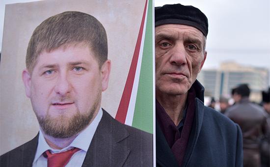 Участник митинга подлозунгом «В единстве наша сила» вподдержку президента Чечни Рамзана Кадырова. 22 января 2016 года