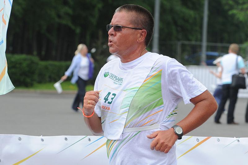 Заместитель председателя Центрального банка России Алексей Улюкаев принимает участие вспортивном празднике «Зеленый марафон» вМоскве. 19 мая 2012 года