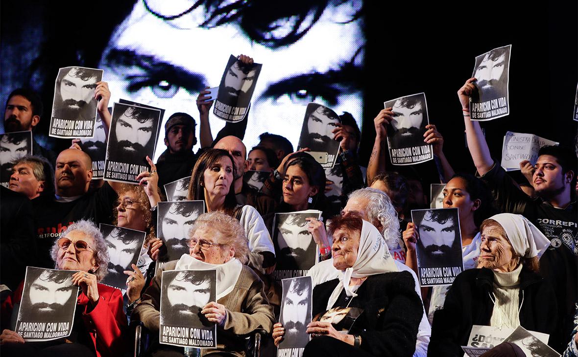 Протестующие с портретамиСантьяго Мальдонадо